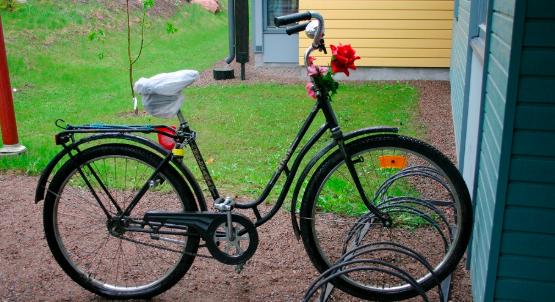 Polkupyörä talon pihalla
